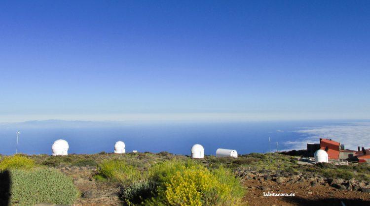 Telescopios robóticos. A la derecha la residencia