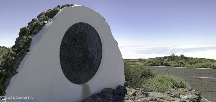 El escudo del IAC preside el acceso al observatorio