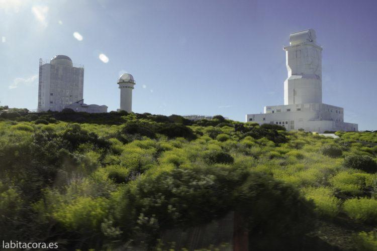 Telescopios solares. A la izquierda el GREGOR y a la derecha el VTT
